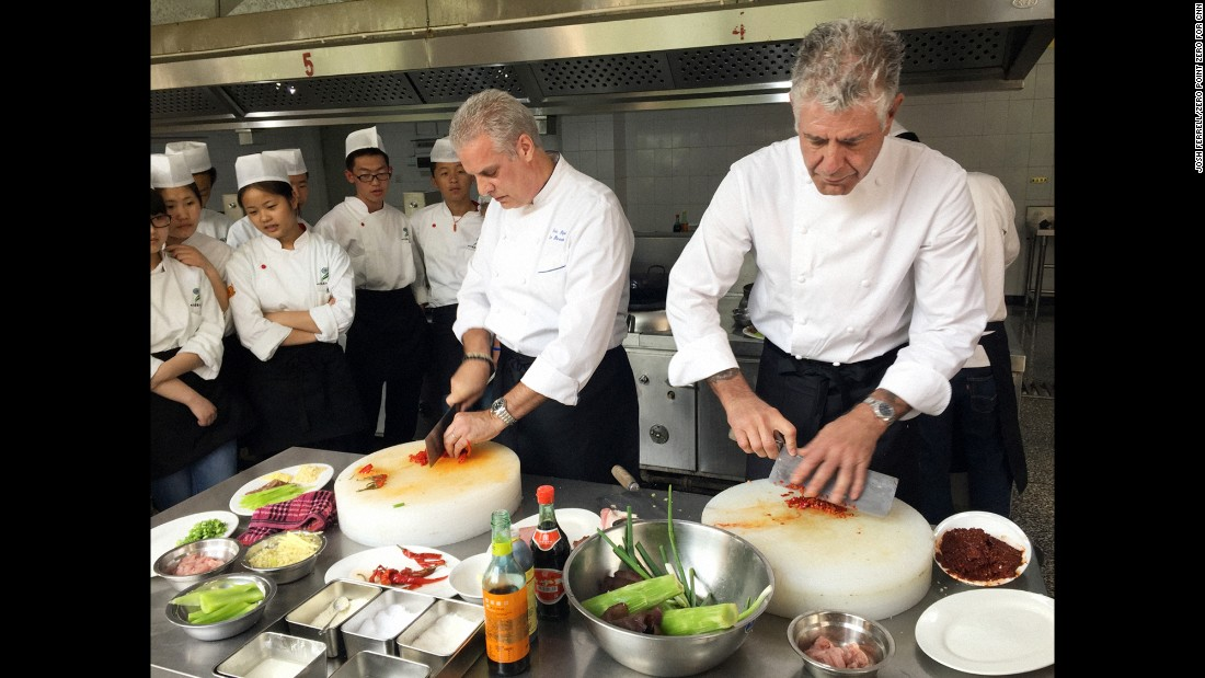 Bourdain and chef Eric Ripert attended cooking school in Chengdu to learn to prepare fish-fragrant pork slivers (Yu Xiang Rou Si). The result? Both chefs slightly overcooked it.