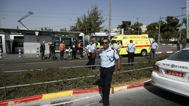 Fuerzas de seguridad acordonan la zona en la que se registró el ataque a tiros, en Jerusalén. (Crédito: Getty Images).