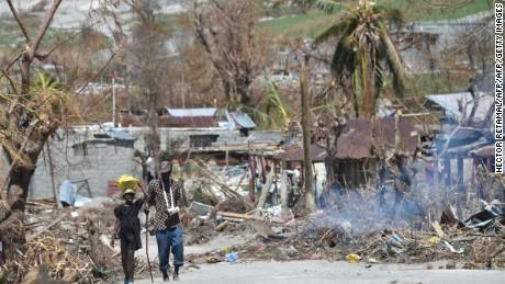 cnnee pkg ivan watson la ayuda llega a haiti huracan_00020920