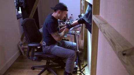 cnnee pkg scott cambell tatuajes sin ver londres_00005405