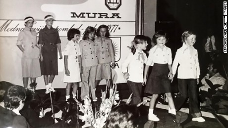 Melanija (second right) at a fashion review in 1977 at the textile factory where her mother used to work.
