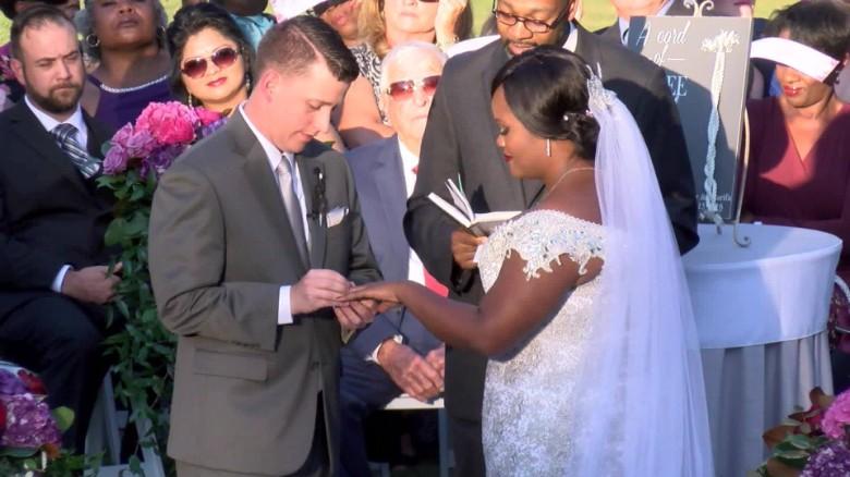 couple gets married thieves hurricane matthew pkg _00000000