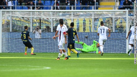 Icardi has had better Sundays ... the Argentine missed a penalty in Inter's 2-1 defeat by Cagliari.