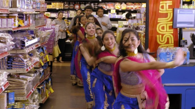 Afbeelding bij A grocery store dance party in Houston's 'Little India'