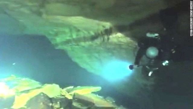 Afbeelding bij Two divers die exploring underwater caves in Florida