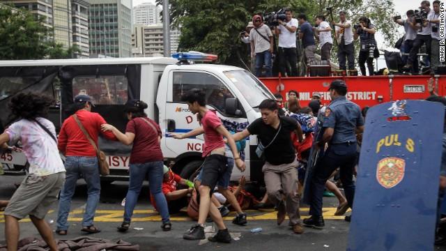 Afbeelding bij Police van plows into protesters