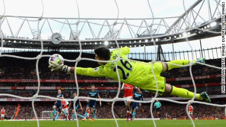 LONDON, ENGLAND - OCTOBER 22:  Victor Valdes of Middlesbrough makes a save during the Premier League match between Arsenal and Middlesbrough at Emirates Stadium on October 22, 2016 in London, England.  (Photo by Dan Mullan/Getty Images)