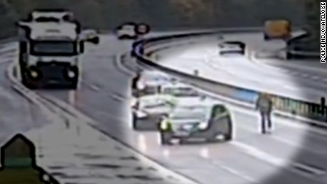 Man chases car on highway newday_00000000.jpg