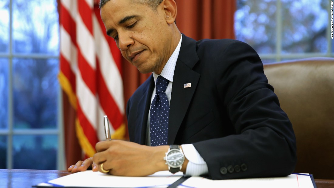 Obama commutes 330 sentences, most in 1 day