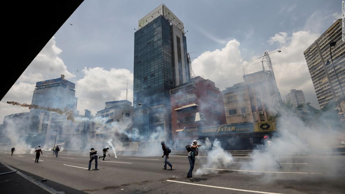 Venezuela protests: Looting, shootings leave 13 dead in one day