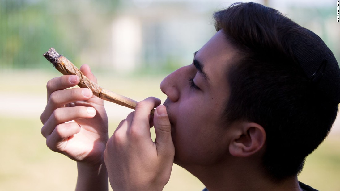 Israeli pot smokers say relaxed law still a drag