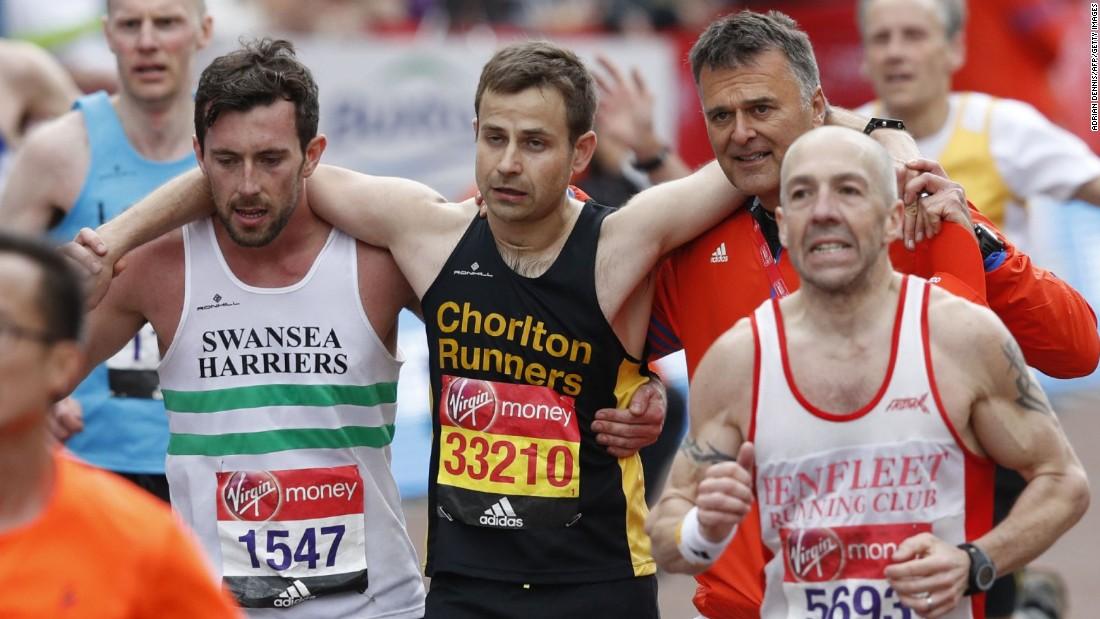 Marathon racer stops to help fatigued runner
