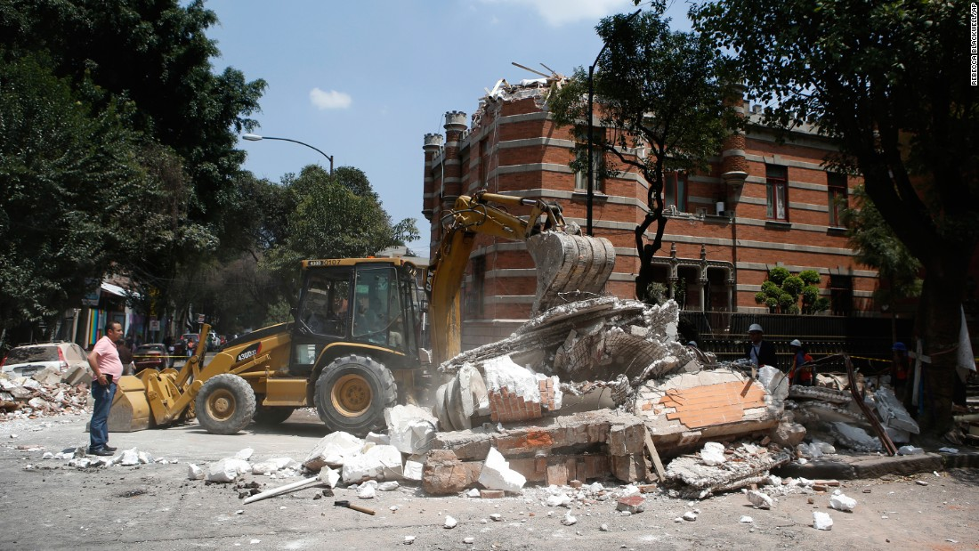 Thousands flee as buildings sway