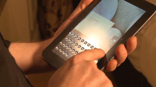 Touchscreen com teclado físico que surge e desaparece