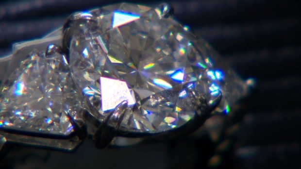 Can diamond thieves sell stolen jewels?
