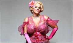 How a burlesque host keeps the peace