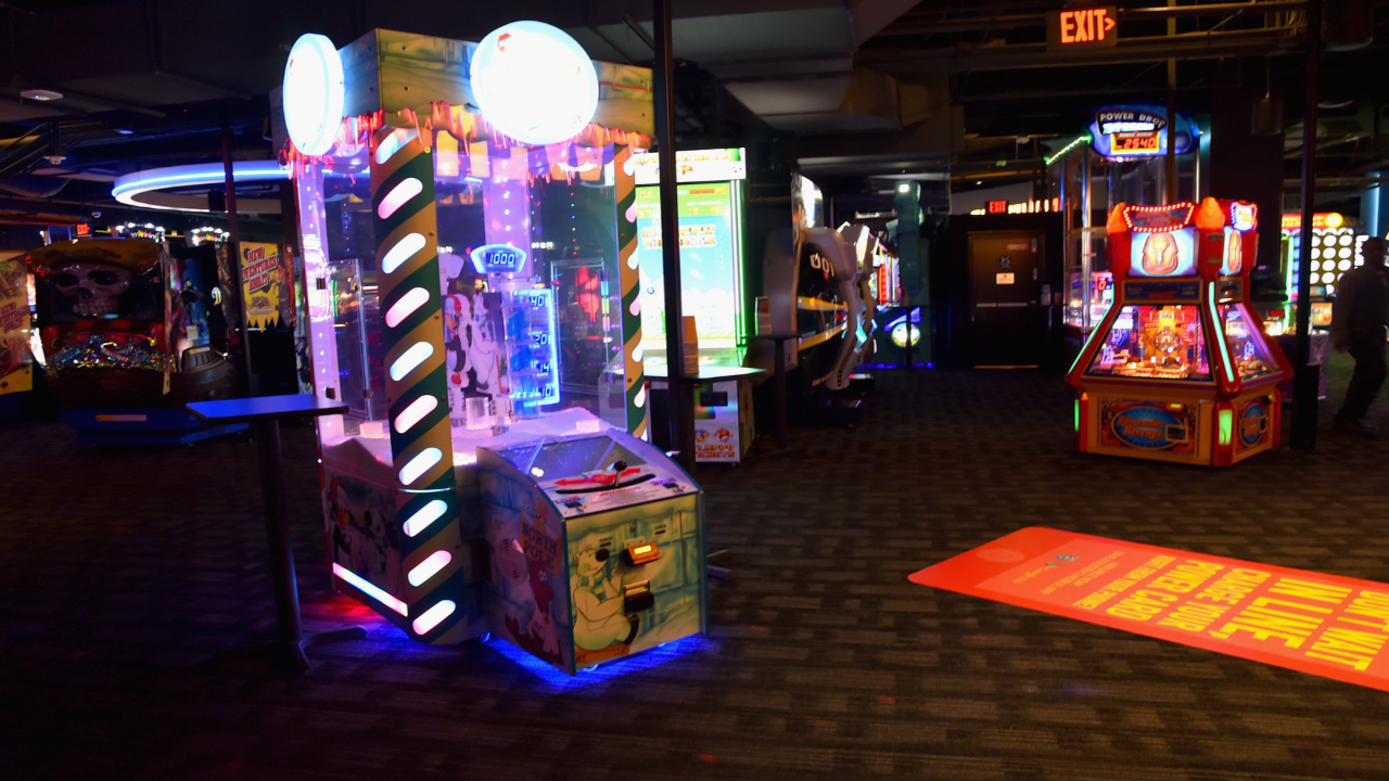 opportunity and threats dave and busters Dave & buster's could be coming to a small market near you the entertainment-driven chain announced this week that it plans to start opening smaller-format stores, with the first debuting in rogers, arkansas, early in 2018.