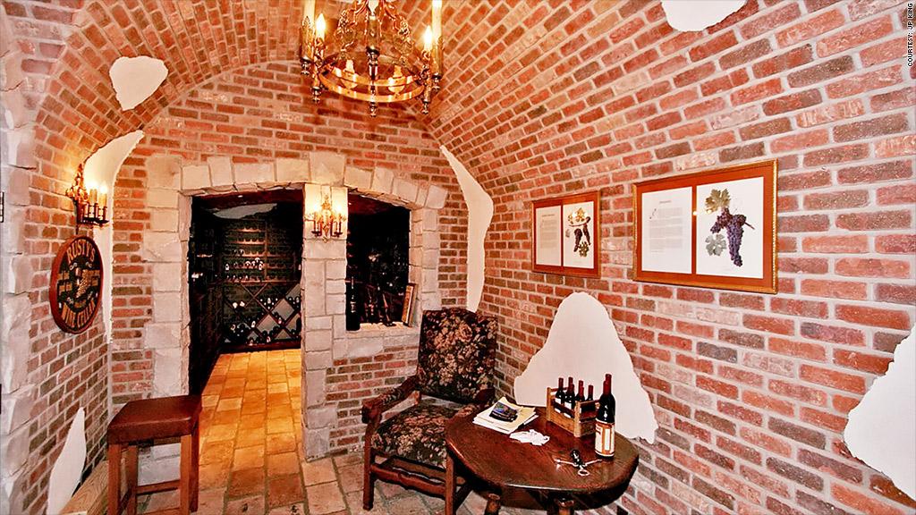 Dine in wine cellars 5 luxury amenities wealthy for Luxury home wine cellars