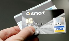 Wal-Mart exec: Credit card upgrade a 'joke'
