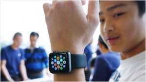 Apple Watch debuts with sparse crowds