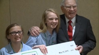Young entrepreneurs pitch ideas to Warren Buffett