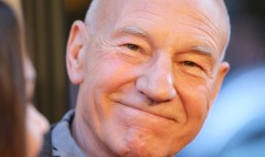 Patrick Stewart teaches Brian Stelter how to read a teleprompter