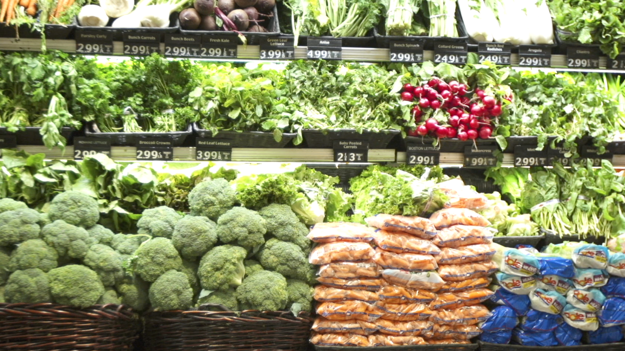 how to grocery shop like a food safety expert video economy cnnmoney s cristina alesci reveals in raw ingredients that our food system has flaws here s what to look for and avoid at the grocery store