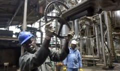 Falling oil prices hit Nigeria's economy