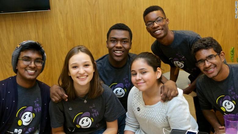 Mamadou Diallo (en el centro) con los participantes de Young Hackers.