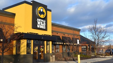 Not hot: Buffalo Wild Wings crashes on sales slump