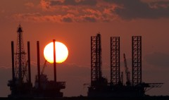 Low oil prices hit energy stocks