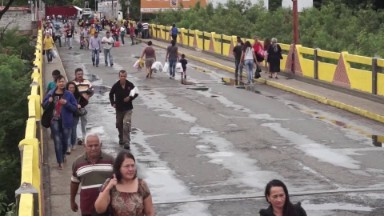 Venezuelans cross into Colombia to get food