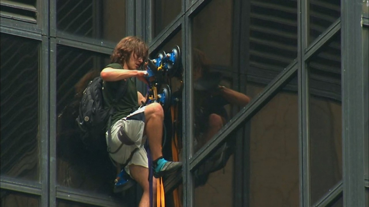 man was seen scaling the side of Trump Tower using giant suction ...: cnnfn.cnn.com/video/news/2016/08/10/climber-scaling-trump-tower...