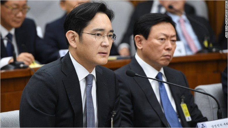 South Korean prosecutors seek to arrest Samsung heir