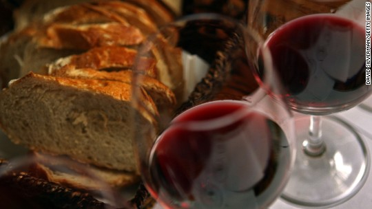 How to drink wine without removing the cork