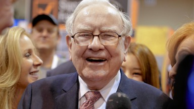 Warren Buffett talks IBM, airlines, Apple at annual meeting