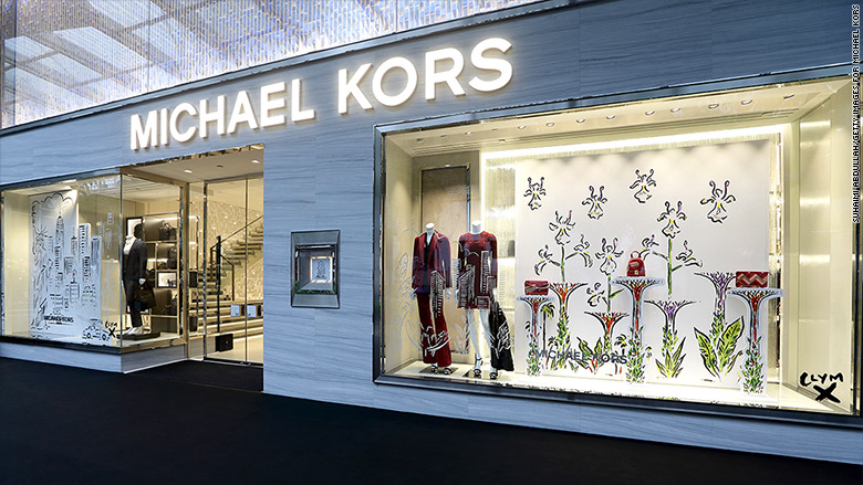 The famous American fashion designer Michael Kors has his own clothing brand named after his name. He is a minimalist, simple and clear design style,he likes using advanced fabrics to sew clothing,cashmere knitting style is his favorite.