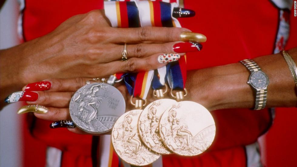 フローレンス・ジョイナー選手のメダルとネイル