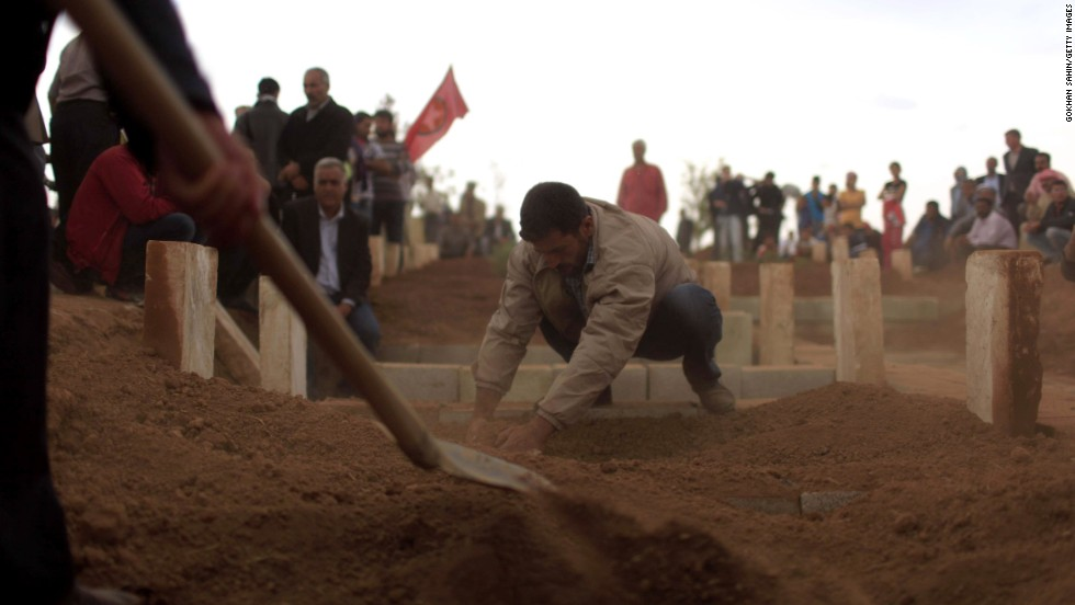 Cundi Minaz, a womanlike Kurdish fighter, is buried in a tomb in a southeastern Turkish city of Suruc on Tuesday, Oct 14. Minaz was reportedly killed during clashes with ISIS militants in circuitously Kobani.
