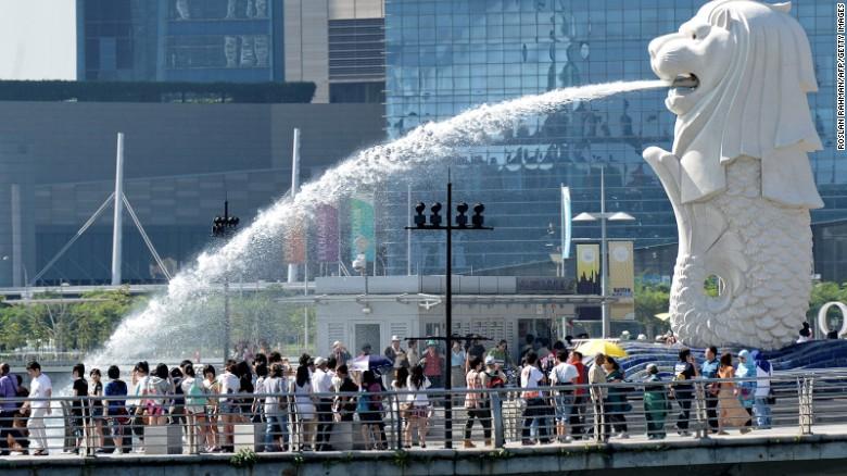 เมืองที่ได้รับความนิยมมากเป็นอันดับสองในเอเชียตะวันออกที่มีผู้เข้าชมสิงคโปร์คาดว่าจะเห็น 11,880,000 ผู้เข้าชมในปี 2015 ผู้เชี่ยวชาญชี้ให้เห็นว่าเมืองนี้ร่วมกับกัวลาลัมเปอร์และกรุงเทพฯขาดเป็นแหล่งที่มีความหลากหลายของผู้เข้าชม - ห้าอันดับแรกของเมืองป้อนผู้เข้าชม ทั้งหมดจากภูมิภาคเอเชียแปซิฟิก