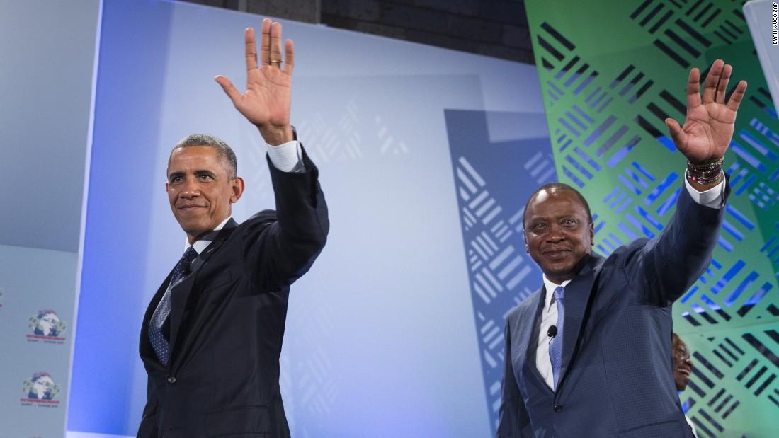 Obama y Kenyatta onda cuando salen de la Cumbre Global de Emprendimiento en el recinto de las Naciones Unidas el 25 de julio en Nairobi.  Obama & # 39; s visita a Kenia se centra en cuestiones comerciales y económicas, así como la cooperación en seguridad y lucha contra el terrorismo.