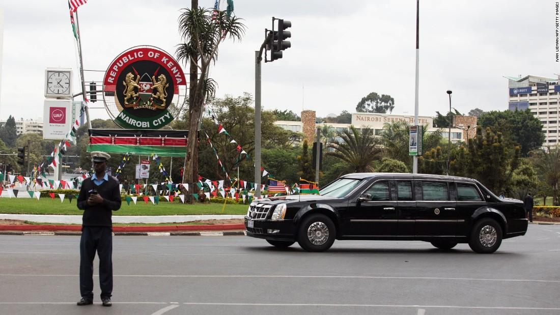 Un guardia de seguridad bloquea una calle de Nairobi como Obama & # 39; s caravana pasa el 25 de julio.