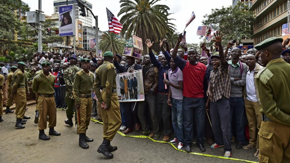 Multitudes se reúnen cerca de Memorial Park en Nairobi para animar Obama & # 39; s caravana el 25 de julio.