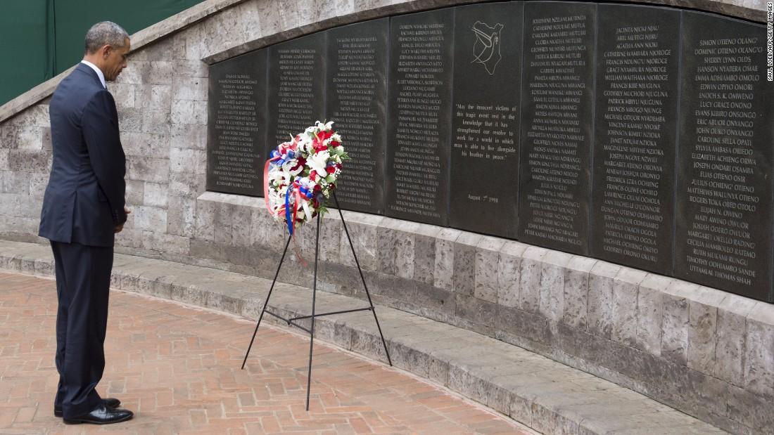 Obama rinde sus respetos después de la colocación de una ofrenda floral en el Parque Memorial en Nairobi el 25 de julio, en conmemoración del 07 de agosto 1998, atentado con camión bomba de la embajada de Estados Unidos allí, en el que murieron una docena de estadounidenses y más de 200 kenianos, e hirió a más de 5.000 personas .  Casi al mismo tiempo, 11 personas murieron y decenas resultaron heridas en un ataque similar en la embajada de Estados Unidos en la vecina Tanzania & # 39; s de capital, Dar es Salaam.