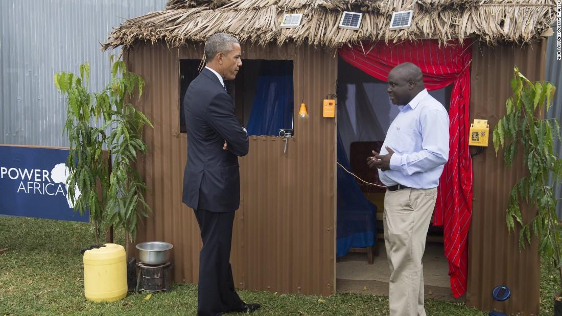 Obama habla con Michael Wanyonyi, CEO y fundador de Mibawa proveedores, el 25 de julio mientras se visita el África Feria de la Innovación Energética, una iniciativa para aumentar el número de personas con acceso a la electricidad en el África subsahariana.