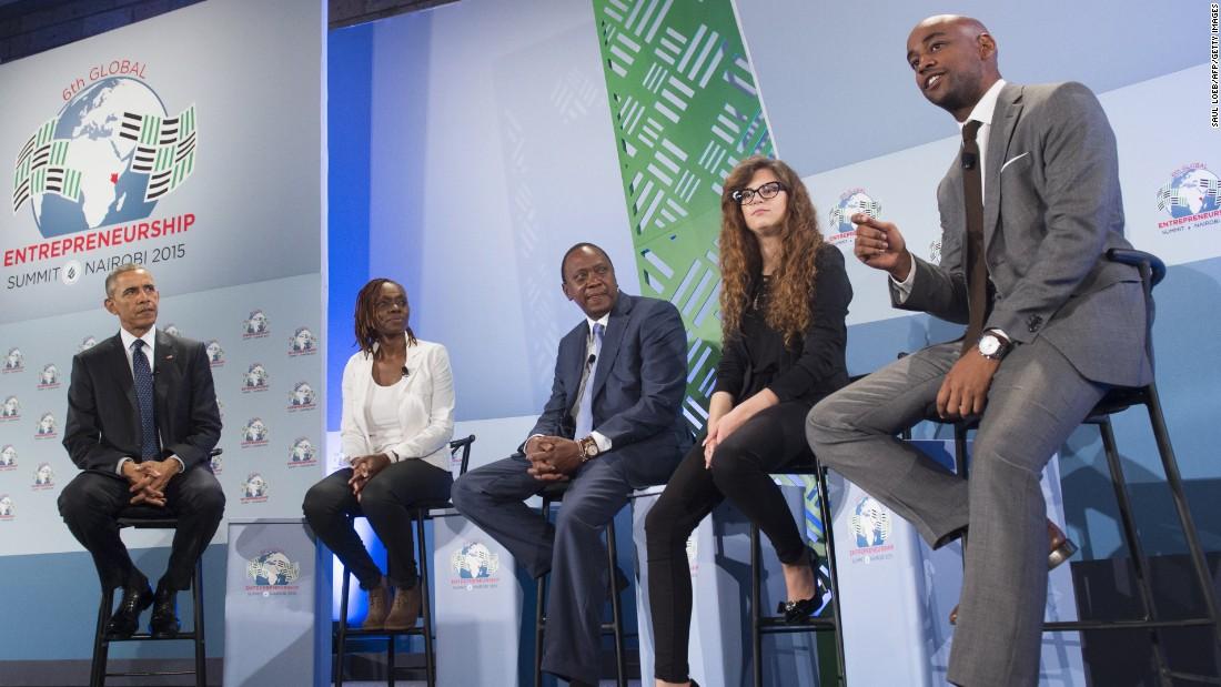 Obama y Kenyatta asisten a un panel de discusión en la Cumbre Global Entrepreneurship en el complejo de la ONU en Nairobi el 25 de julio De izquierda son Obama;  Judith Owegar, co-fundador de AkiraChix;  Kenyatta;  Josipa Majic, CEO de peluche The Guardian;  y Jehiel Oliver, director general de Hola Tractor.