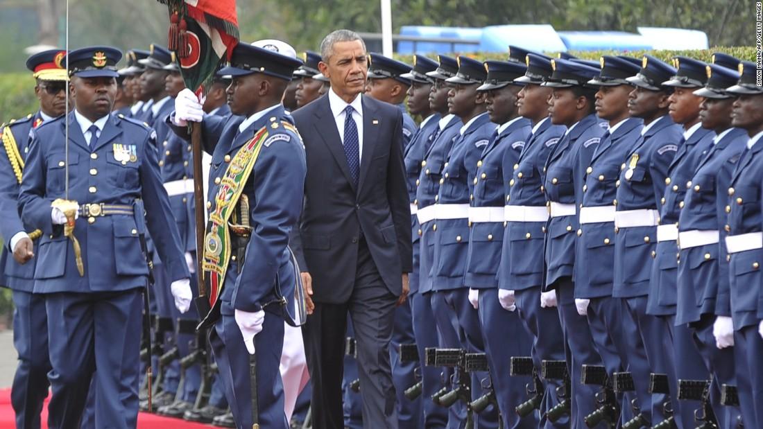 Obama inspecciona una guardia de honor el 25 de julio en la Casa de Gobierno en Nairobi.
