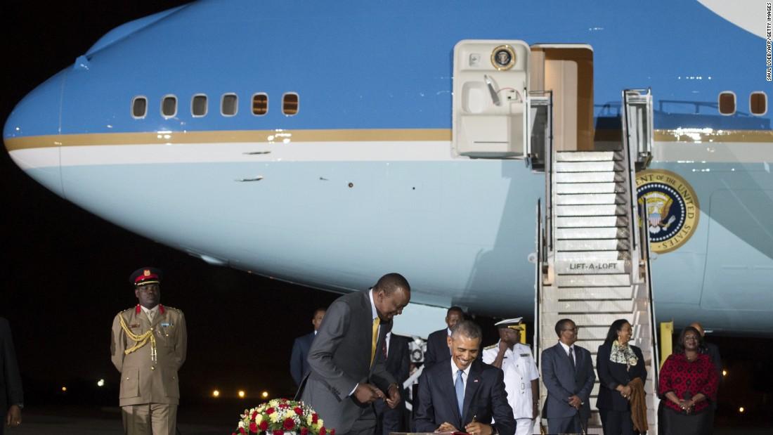 Obama firma un libro de visitas junto Kenyatta a su llegada al Aeropuerto Internacional de Kenyatta en Nairobi el viernes 24 de julio.