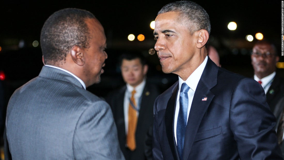 Obama saluda a su llegada Kenyatta en Kenia el 24 de julio.