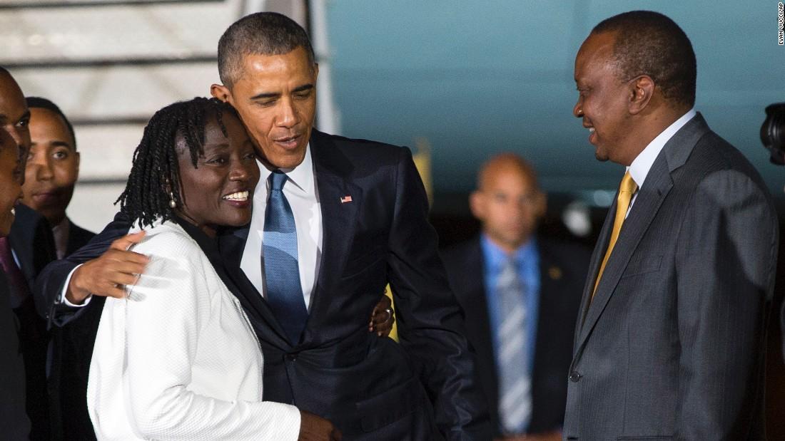 Kenyatta observa mientras el presidente Barack Obama abraza a su hermanastra Auma Obama el 24 de julio.